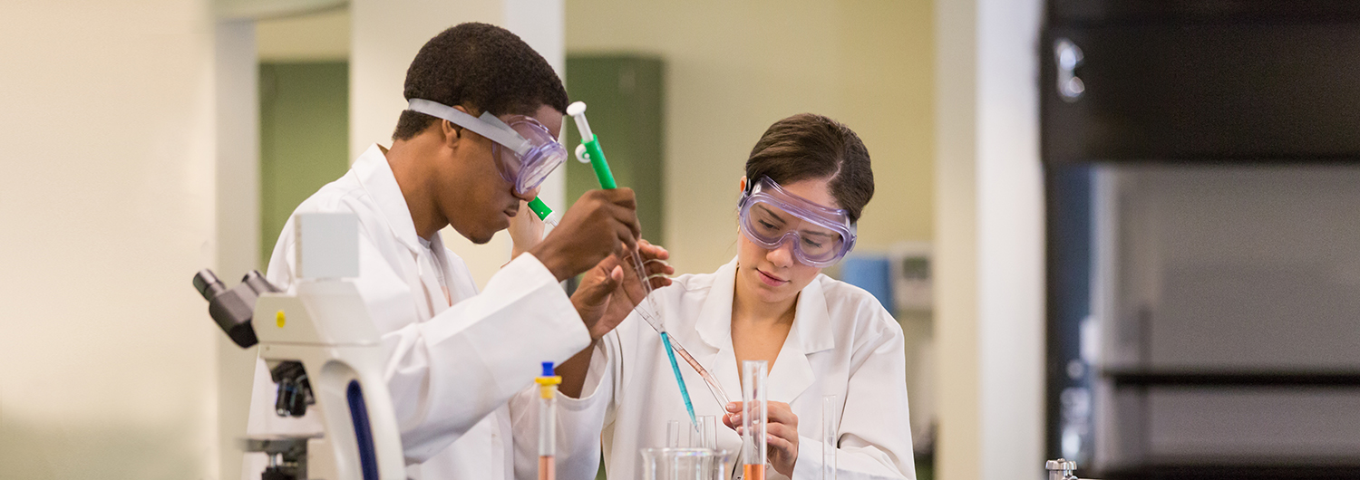 Students in a science laboratory of Regent University, a fully-accredited university that offers undergrad and graduate academic degree programs.